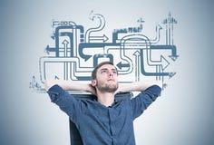 Homem novo farpado em uma poltrona, labirinto da seta fotos de stock royalty free