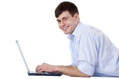 Homem novo, feliz, atrativo com computador foto de stock royalty free