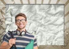 Homem novo feliz do estudante que mantém um dobrador contra o fundo chapinhado marrom e branco Fotos de Stock Royalty Free