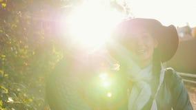 Homem novo feliz dos pares e casa de campo próxima fêmea no por do sol filme