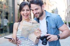 Homem novo feliz e mulher de sorriso que andam em torno da rua velha da cidade foto de stock royalty free