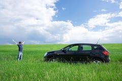 Homem novo feliz e seu primeiro carro Fotografia de Stock