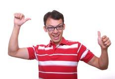 Homem novo feliz isolado no vermelho fotos de stock royalty free
