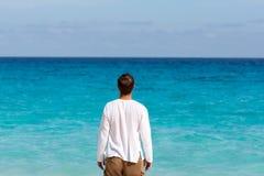 Homem novo feliz na praia fotos de stock royalty free