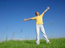 Homem novo feliz no prado imagem de stock
