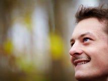 Homem novo feliz que olha acima no espaço da cópia Fotos de Stock