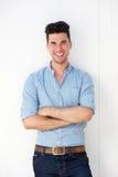 Homem novo feliz que sorri contra o fundo branco Fotografia de Stock