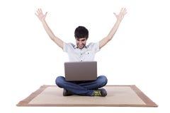 Homem novo feliz que surfa o Internet Fotos de Stock Royalty Free