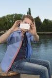 Homem novo feliz que toma imagens com telefone esperto Foto de Stock Royalty Free