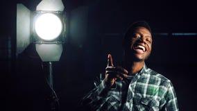 Homem novo feliz sobre a iluminação Foto de Stock Royalty Free