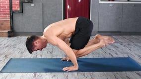 Homem novo forte focalizado dos esportes que faz a ioga que aprecia profissionalmente o tiro completo do estilo de vida saudável vídeos de arquivo