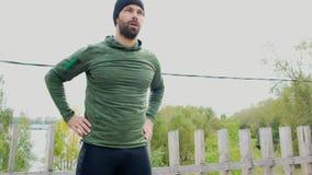 Homem novo forte que faz o exercício verão masculino do ar livre do treinamento do exercício do desportista do ahlete que faz exe vídeos de arquivo