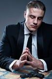 Homem novo frustrante no terno que prepara-se para o suicídio Fotografia de Stock