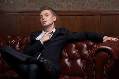 Homem novo glamoroso em um terno fotos de stock royalty free