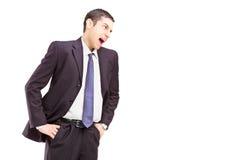 Homem novo irritado em uma gritaria do terno Imagens de Stock Royalty Free