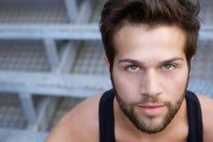 Homem novo moderno com olhar fixamente da barba Fotos de Stock Royalty Free