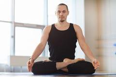Homem novo Muscled que medita apenas imagem de stock