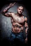 Homem novo muscular com muitos tatuagens foto de stock royalty free
