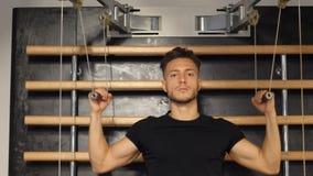 Homem novo muscular, CPE de formação no banco do gym filme