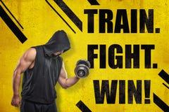Homem novo muscular forte no sportswear preto com um peso e 'um TREM luta Sinal da VITÓRIA 'no fundo amarelo ilustração royalty free
