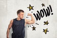 Homem novo muscular forte que mostra o bíceps com sinal do wow e as estrelas dos amarelos tiradas no fundo branco da parede ilustração do vetor