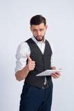 Homem novo não barbeado com tabuleta Foto de Stock Royalty Free