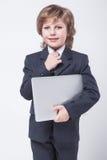 Homem novo na camisa e laço com um portátil imagens de stock royalty free