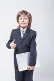 Homem novo na camisa e laço com um portátil Imagem de Stock Royalty Free