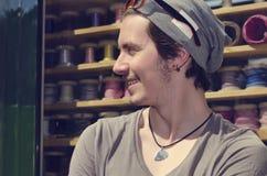 Homem novo na cidade Millenials consideráveis felizes, sorrindo Fotos de Stock