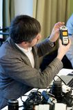 Homem novo na conferência com câmera Fotografia de Stock