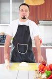 Homem novo na cozinha foto de stock