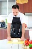 Homem novo na cozinha foto de stock royalty free
