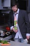 Homem novo na cozinha cuffed Fotos de Stock
