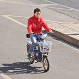 Homem novo na e-bicicleta, Pequim, China Fotografia de Stock