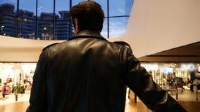 Homem novo na escada rolante no shopping vídeos de arquivo