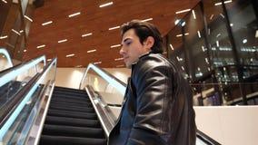 Homem novo na escada rolante no shopping filme
