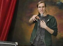 Homem novo na fase com microphone_2 Foto de Stock Royalty Free