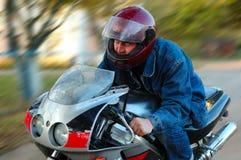 Homem novo na motocicleta (velomotor). Fotografia de Stock