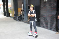 Homem novo na placa eletrônica do 'trotinette', New York City Foto de Stock Royalty Free