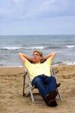 Homem novo na praia do mar imagem de stock