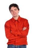 Homem novo nas mãos vermelhas da cruz da camisa Fotos de Stock