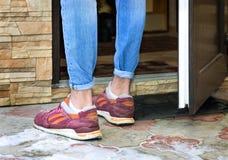 Homem novo nas sapatilhas e nas calças de brim Fotos de Stock Royalty Free