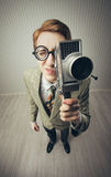 Homem novo Nerdy com câmera de filme Fotos de Stock Royalty Free