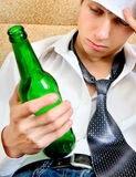 Homem novo no apego de álcool Fotos de Stock