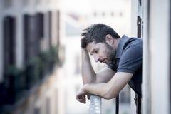 Homem novo no balcão na depressão que sofre a crise emocional imagens de stock royalty free