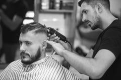 Homem novo no barbeiro Fotos de Stock Royalty Free