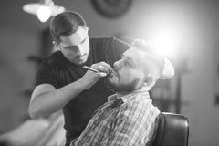 Homem novo no barbeiro Imagens de Stock