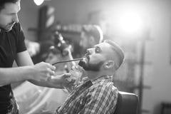 Homem novo no barbeiro Imagem de Stock