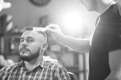 Homem novo no barbeiro Fotos de Stock