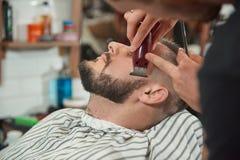 Homem novo no barbeiro imagens de stock royalty free